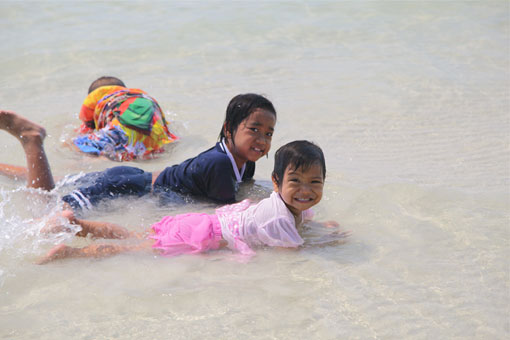 Children living with HIV/AIDS from The Camillian Social Center Rayong having a day out AT THE BEACH WITH Gerard Lubbers & Johan de Graauw