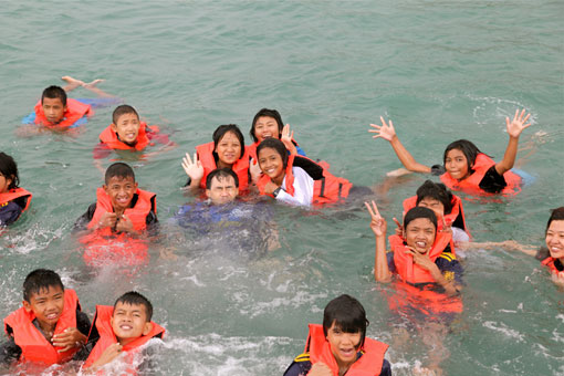 Children living with HIV/AIDS from The Camillian Social Center Rayong having a boat trip with the Italian captains.