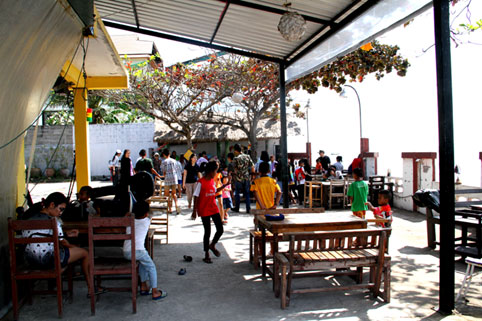 On the 21st of February 2015 the children of The Camillian Social Center Rayong were invited to The Cross Roads Bar in BanChang to celebrate the birthday of Khun Dangjai.