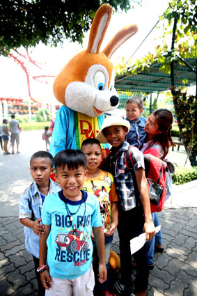 On the 6th of May 2016 the Jesters Care For Kids combined with the Jackalope Canadian Golf Club sponsored a day out for the Camillian Children living with HIV/AIDS at Dream World Bangkok.