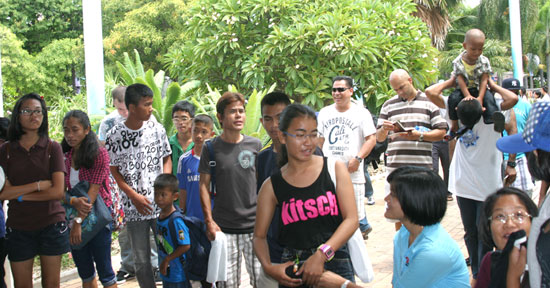 Crew members of the UUS George Washington take the children of the Camillian Social Center Rayong too Pattaya Park